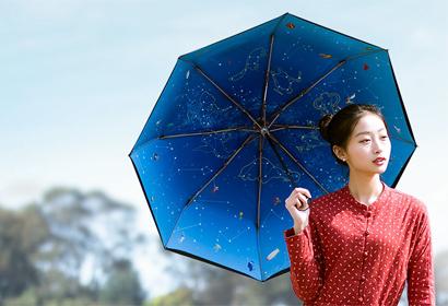深圳市明光雨伞有限公司(香港明光雨伞有限公司)于2005年建立,是一家集设计、生产、销售于一体的工厂。在制伞工艺方面有较深的经验。  深圳市明光雨伞有限公司是一家集生产加工、经销批发的有限责任公司。高尔夫伞,二折伞、广告伞、直杆伞、三折伞、纤维伞、铅笔伞、婴儿伞、沙滩海滩伞、雨伞、遮阳伞是深圳市明光雨伞有限公司的主营产品。 目前已涉及广告伞、2- 5 折伞、童伞、高尔夫球伞、晴雨礼品伞以及沙滩伞等上百多种产品,主推高尔夫伞的制作以及日本伞的8片和6片伞拼接图案伞。高尔夫伞的各种规格、款式新颖,制作讲